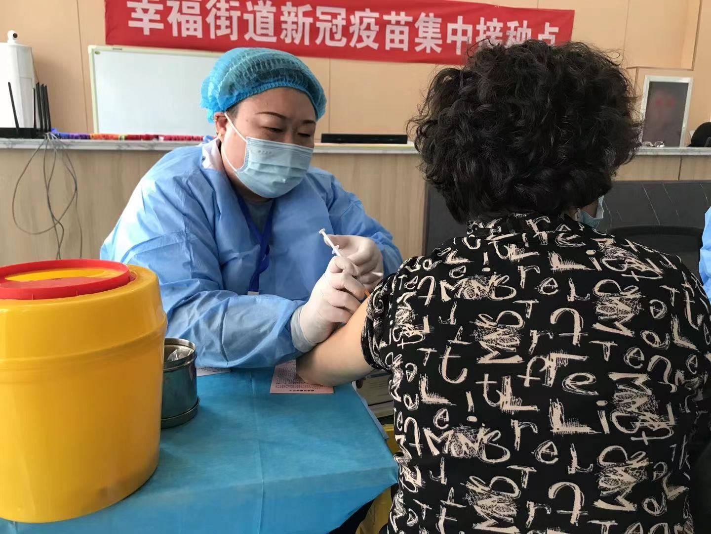 护士刘琳琳:接种期间尽量不喝水,中午轮流吃饭节省时间