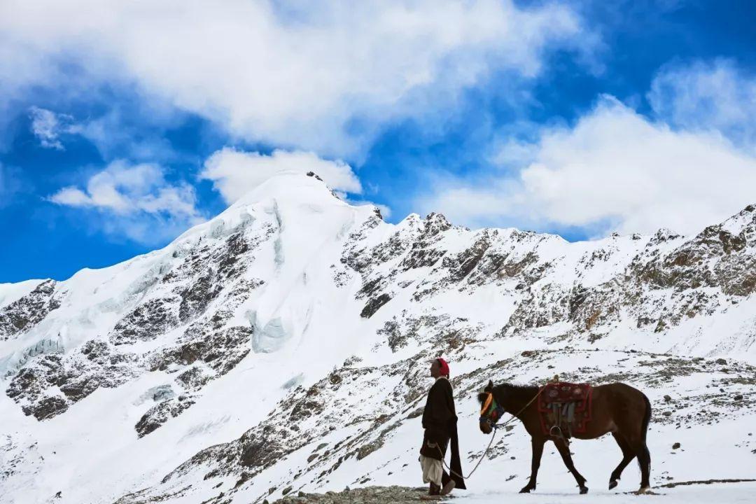 这水,来自青藏高原海拔7100米的冰川,纯净得一喝难忘