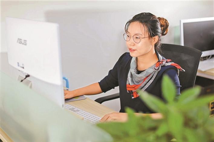 """帮助残疾人重获勇气笑对生活——记第25届""""中国青年五四奖章""""获得者张莹莹"""