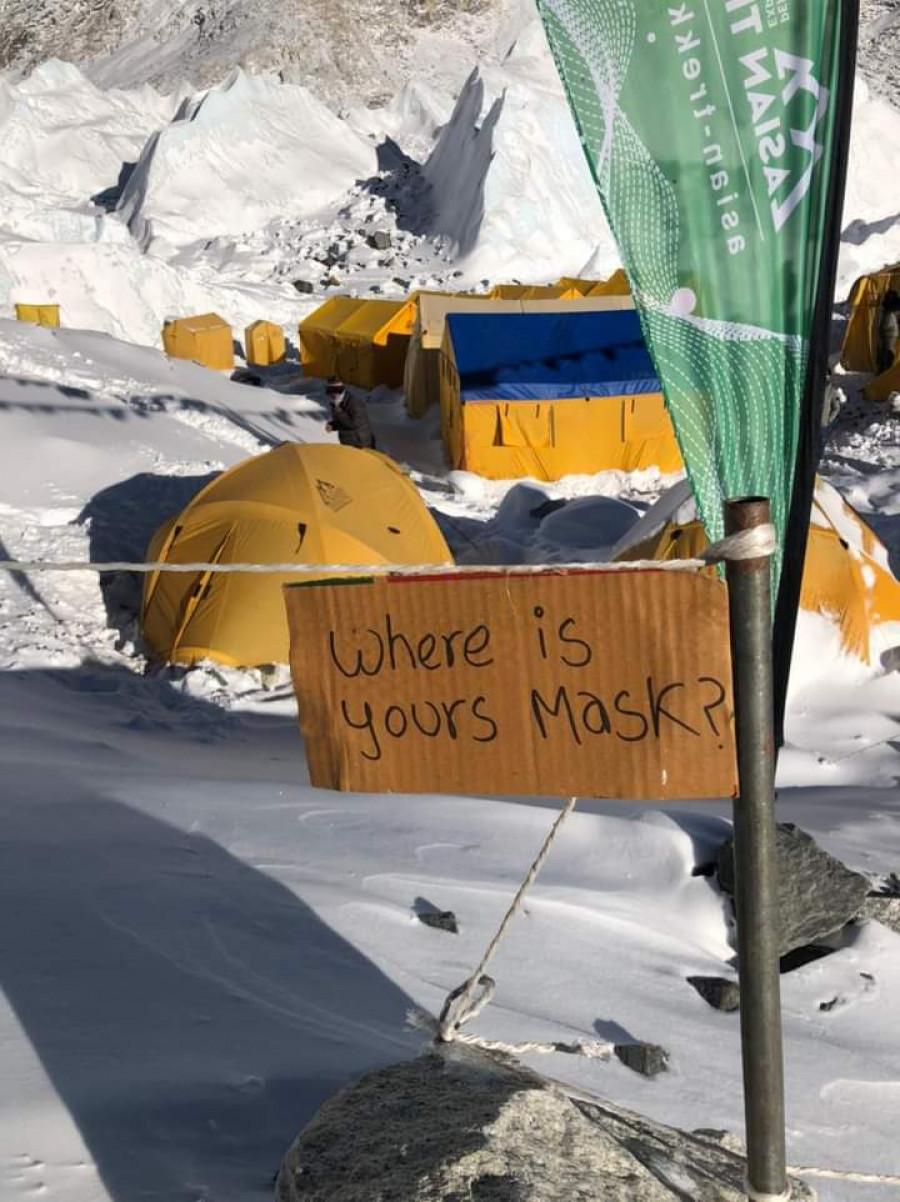 珠穆朗玛峰南坡尼泊尔境内登顶路线发生冰川垮塌,两名登山者受伤