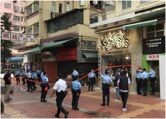 """港媒:宣扬""""港独""""的香港童装店,下午被港警围封,店主被警方问话"""
