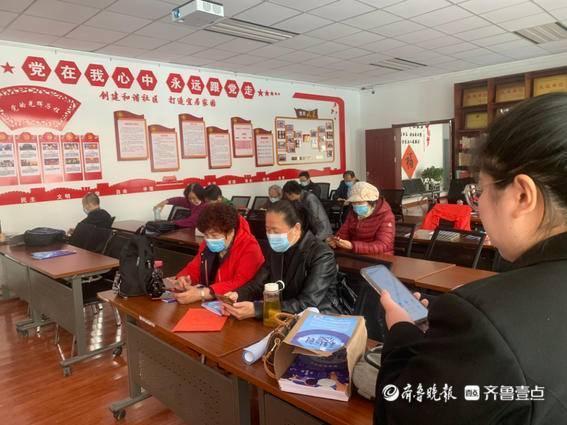 齐鲁晚报携手贝壳公益,智能手机课堂走进葡萄园社区