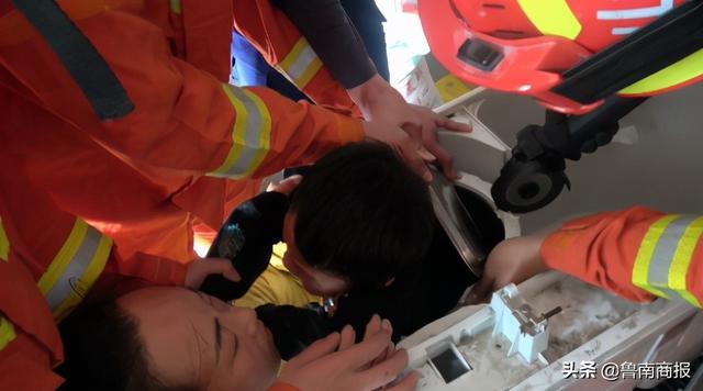 玩耍时,兰山一名7岁男童不慎跌入洗衣机脱水桶无法脱身!经过消防员紧急救援,顺利脱险