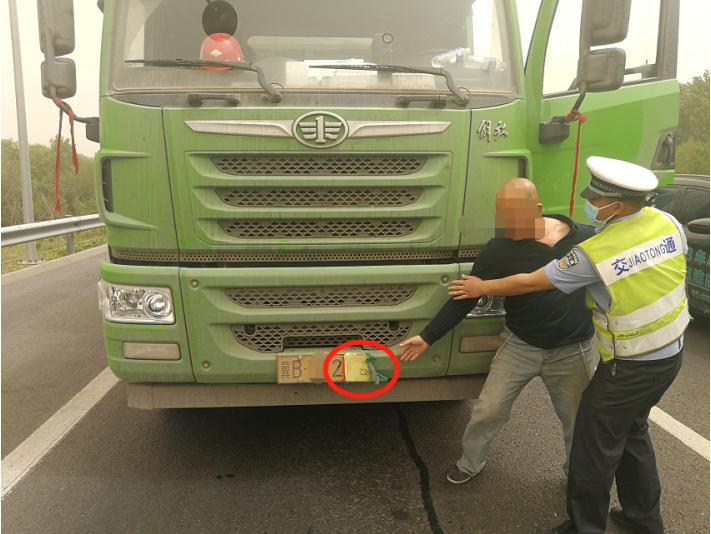 警探号丨俩货车故意挡牌被抓 司机竟还想当着民警面销毁证据