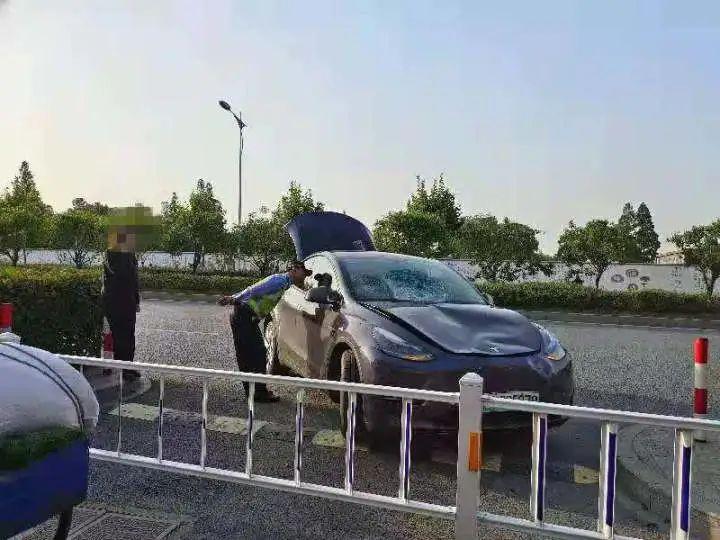 斑马线护栏撞坏,车头撞凹,挡风玻璃也碎了……
