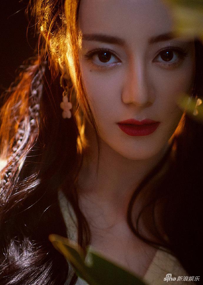 迪丽热巴穿鹅黄衫搭格纹裙 编发造型青春元气