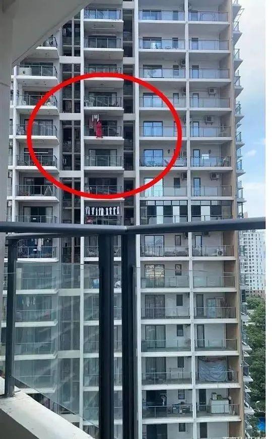 女子在高楼阳台外跳舞时坠楼!警方通报了……