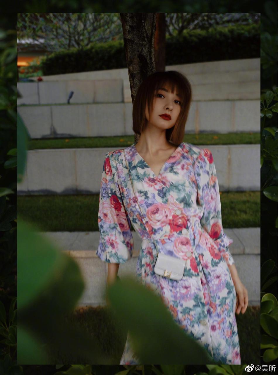 吴昕晒碎花长裙写真 短发造型俏皮清新
