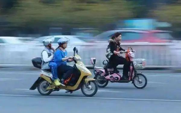 骑电车要上牌、限速、戴头盔,人行横道下车推行……《河北省电动自行车管理条例(征求意见稿)》来了