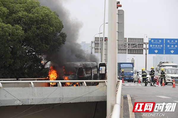 长沙市东二环高架桥上一小货车自燃