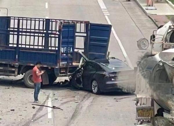 广东一特斯拉Model 3追尾货车!现场太惨烈