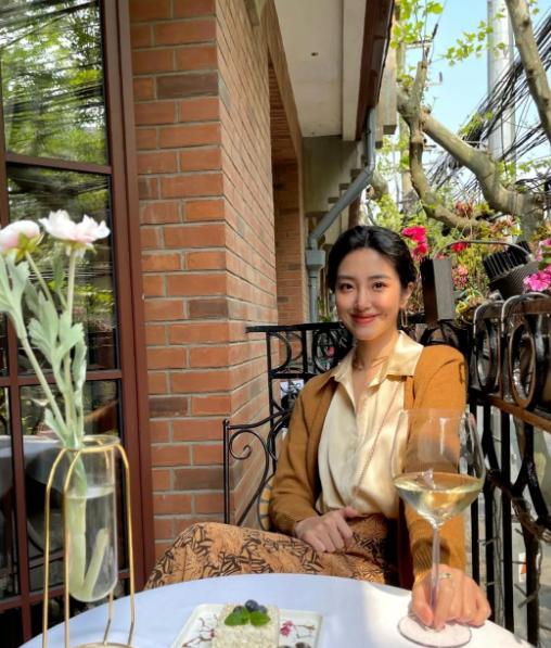 杨采钰简直是法式穿搭代表,奶奶开衫配半身裙,大地色就是高级
