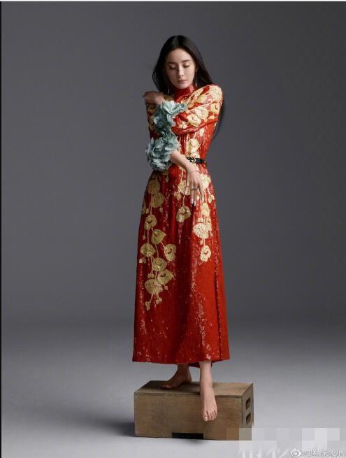 杨幂拍大片,穿红裙气场强大,纤细麻杆儿腿太美了,不愧是腿精