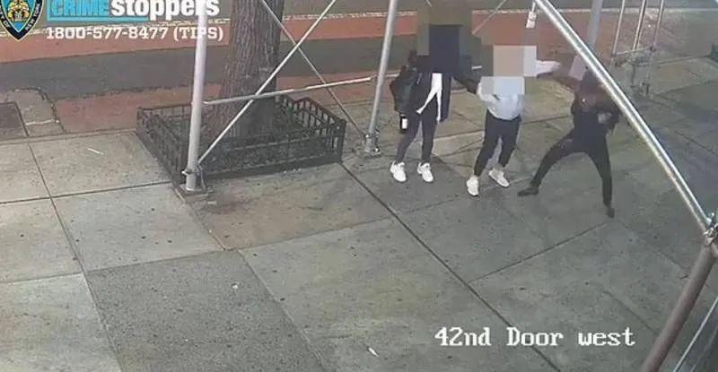 台湾女学生在纽约街头被锤击 台媒:遭受攻击的女生心有余悸,正考虑搬回台湾