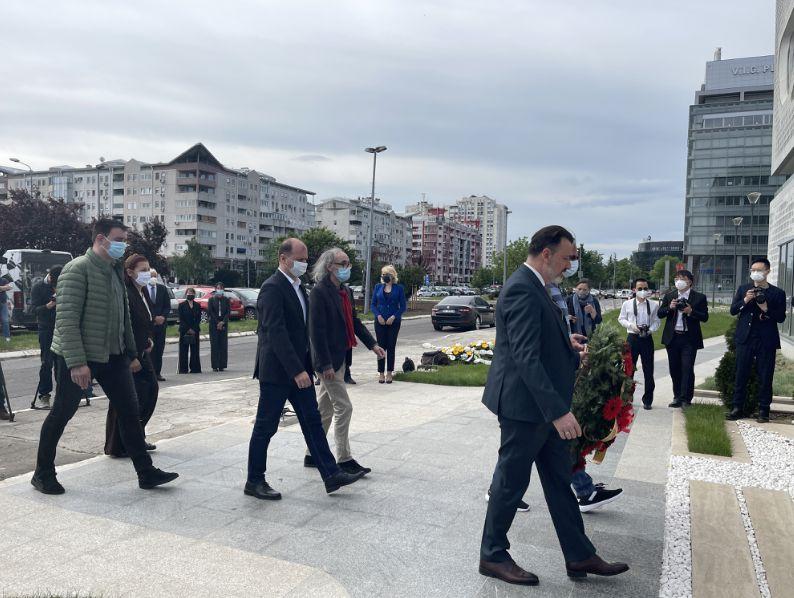 中国驻塞尔维亚大使馆在我驻南联盟被炸使馆旧址前凭吊
