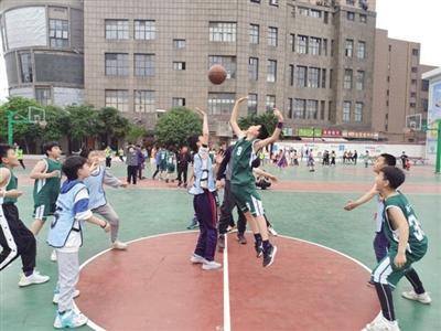 校园篮球赛,让孩子在团结拼搏中成长