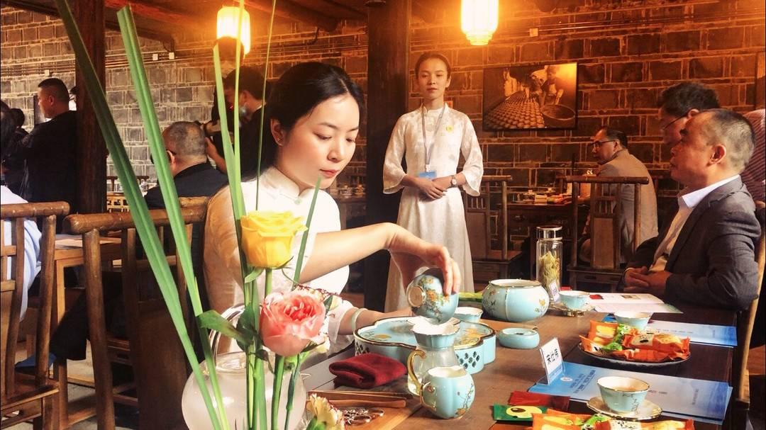 长江首城 茶和天下   市民在冠英古街品鉴宜宾早茶:喝川茶就得配一出川剧,才有那个味