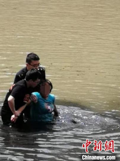 西宁三名城管队员勇救跳河轻生女子