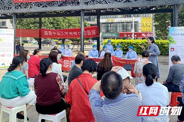 白衣天使进社区 湘雅口腔医护人员迎接护士节