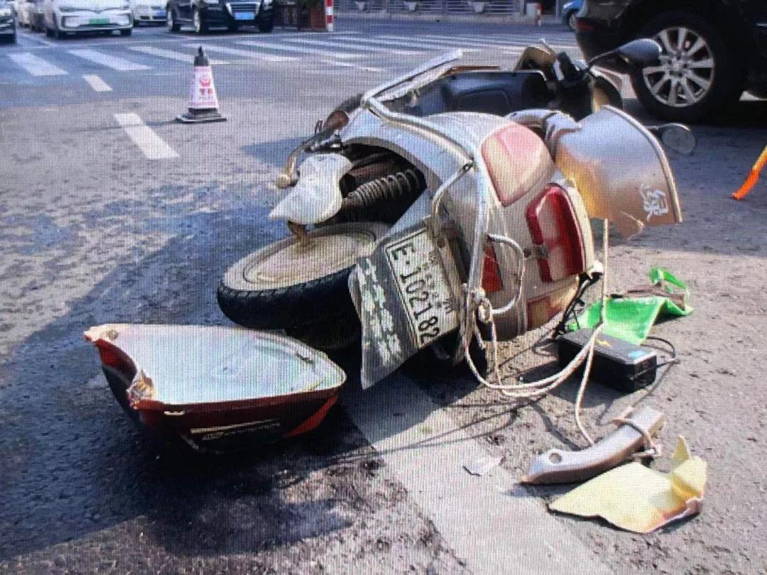 电瓶车闯红灯撞上汽车 嵊州交警:电瓶车全责!