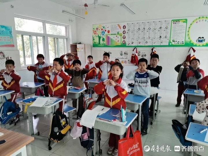 济南长清区张夏诗庄小学52名山里娃感恩母爱