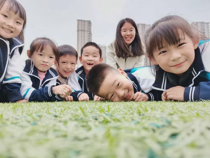 """你的微笑胜过阳光,山东师大二附中小学部""""世界微笑日""""倡议书"""