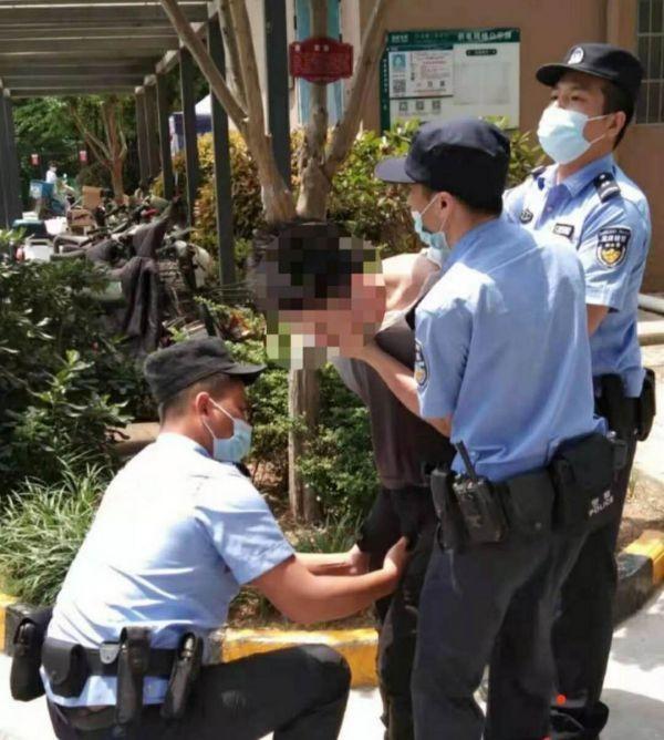 男子持刀威胁前女友,民警空手夺刃腹部被划伤