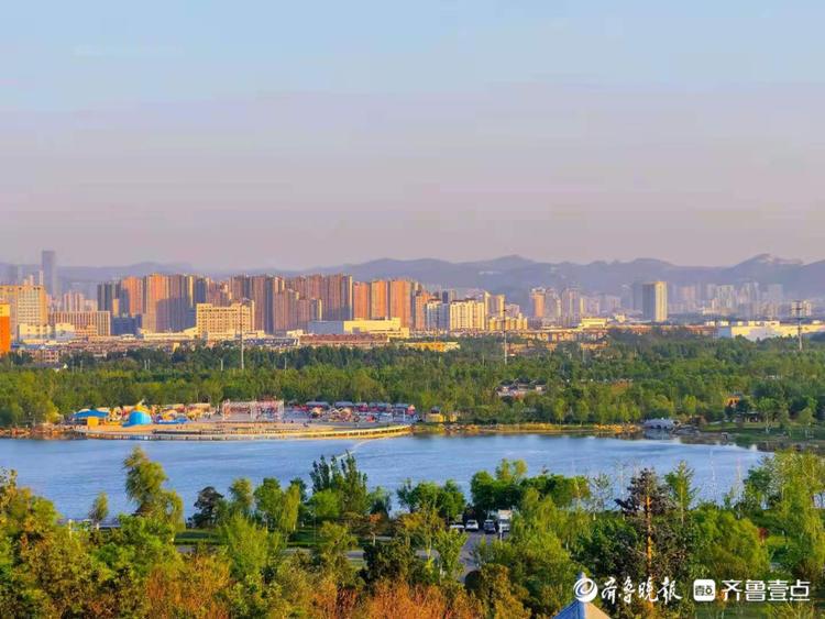初夏的华山公园,登高远望湖水湛蓝,郁郁葱葱养眼怡心