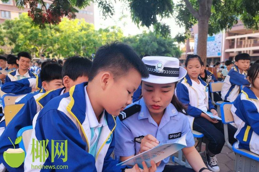 """东方公安交警大队深入学校开展""""一盔一带""""交通安全宣传教育活动"""