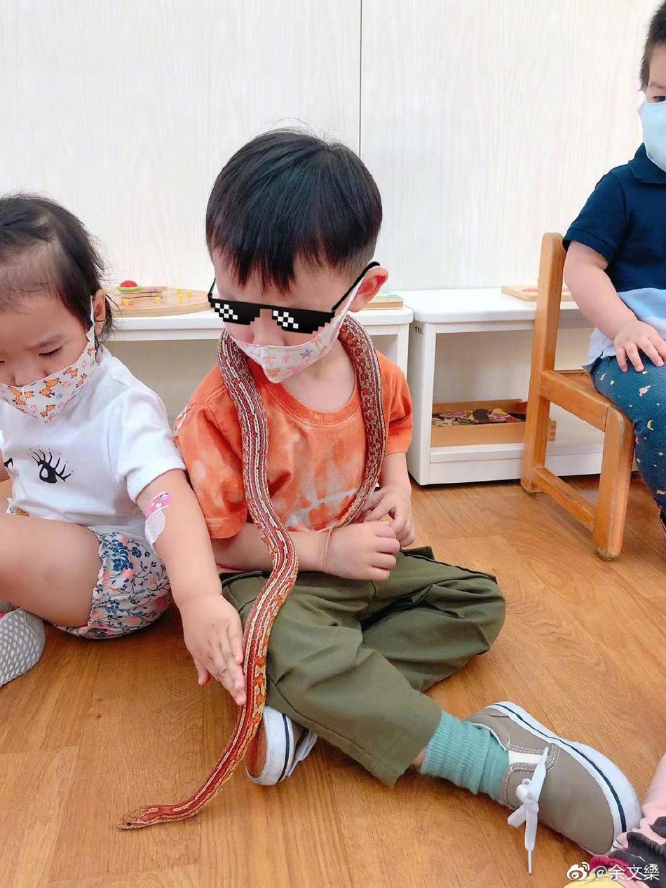 余文乐晒儿子早教课堂 3岁Cody挂蛇摸青蛙一点不害怕