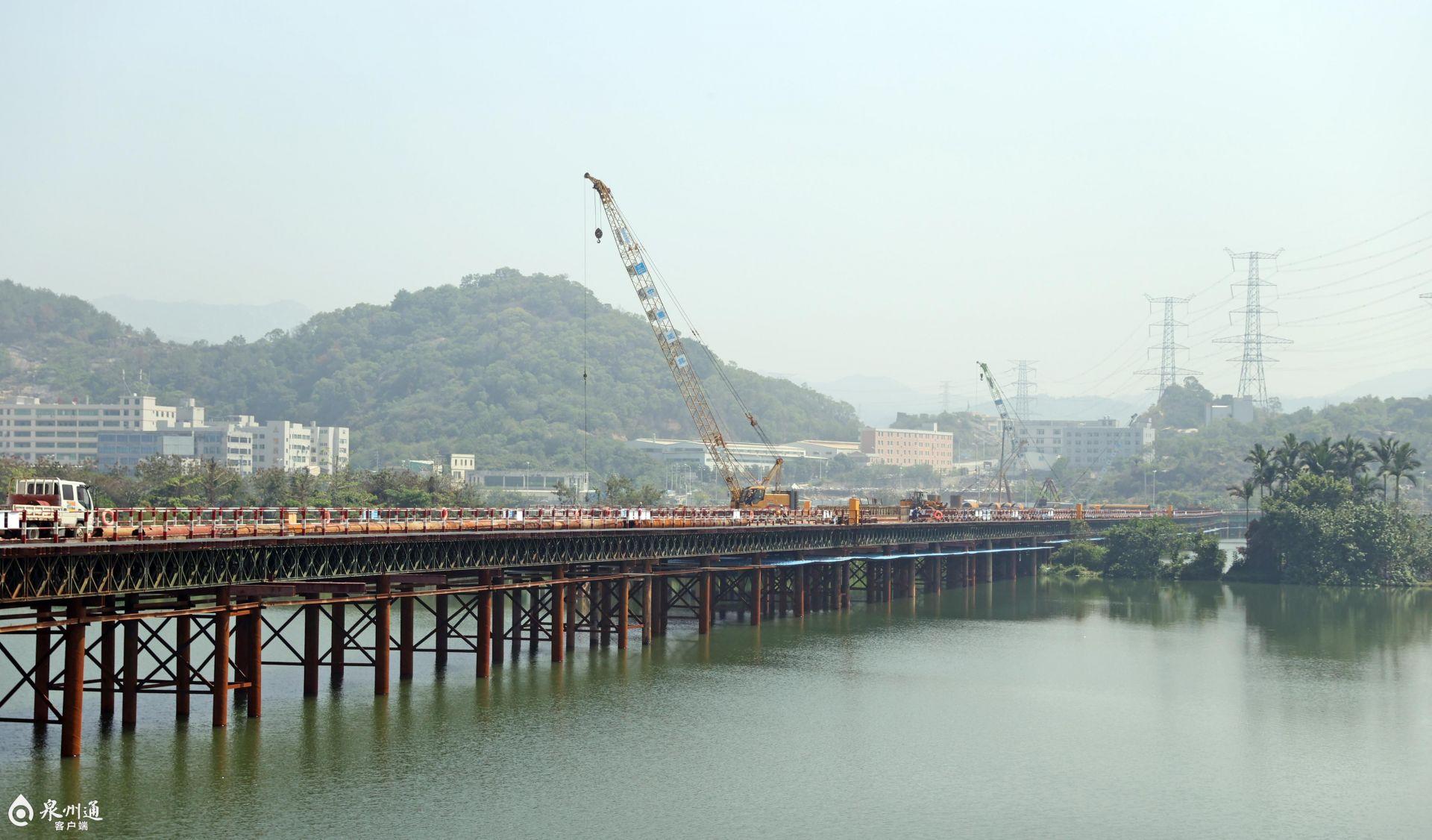 武荣大桥钢栈桥贯通!