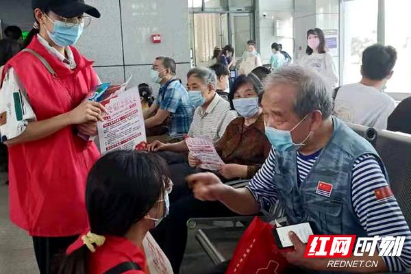湖南工程学院志愿者让旅客在旅途中学党史