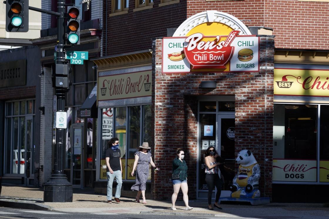 當地時間5月5日,人們從美國首都華盛頓的一家餐廳前走過。新華社 發