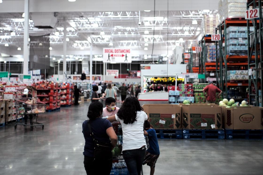 當地時間5月4日,顧客在美國加利福尼亞州北部舊金山灣區的一家超市購物。新華社 圖