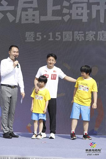 携爱子助阵第六届上海家庭马拉松赛 拳王邹市明分享健身心得