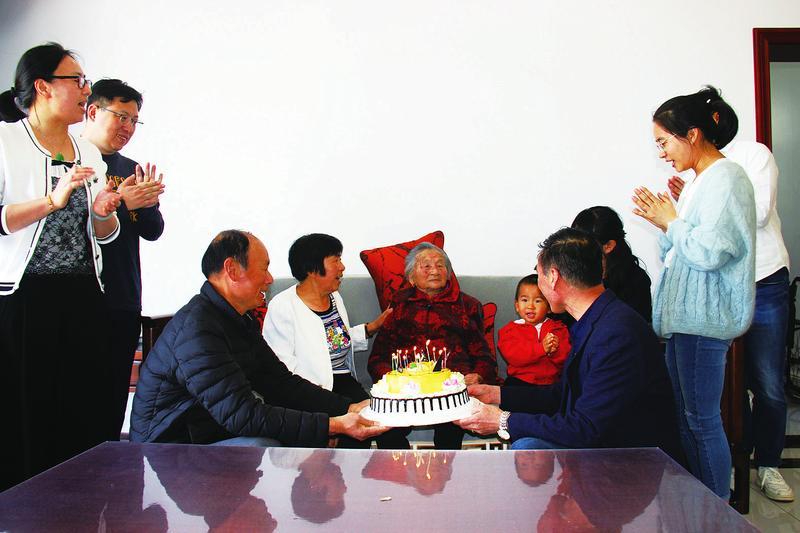 幸福老人喜过百岁生日