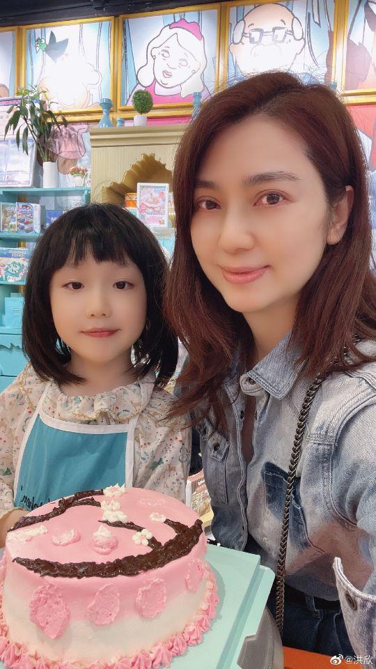 洪欣女儿亲手做蛋糕为其庆祝母亲节,7岁彤彤十分可爱,超像老爸张丹峰
