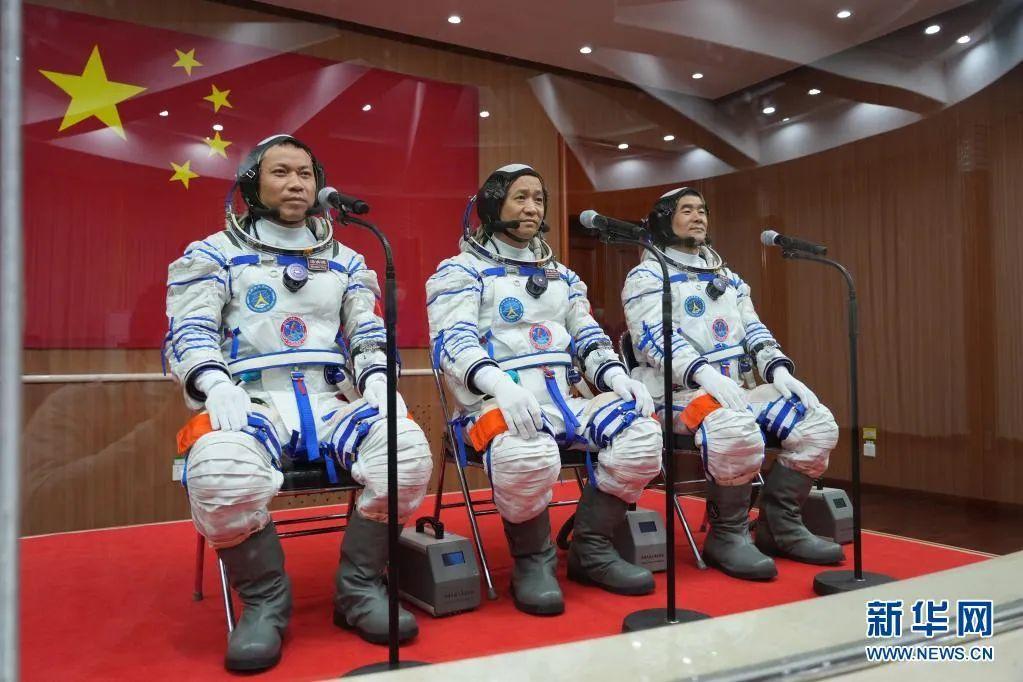 ▲6月17日,神舟十二号航天员出征仪式在酒泉卫星发射中心举行。这是航天员聂海胜(中)、刘伯明(右)和汤洪波准备出征。新华社记者 李刚 摄