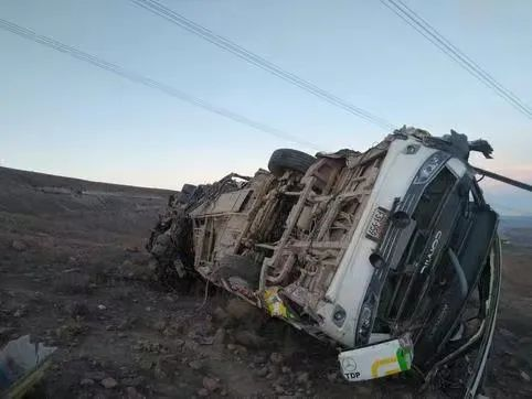 突发!外国巴士250米高处坠落,27人死亡!