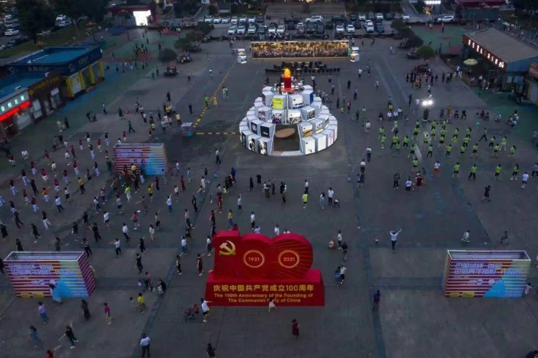 """重庆巴国城,光影版""""生日蛋糕""""等你""""尝"""""""
