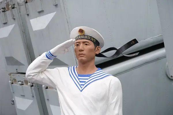 """""""166舰,老伙计,好久不见!没想到竟然能在家乡见到你。"""""""
