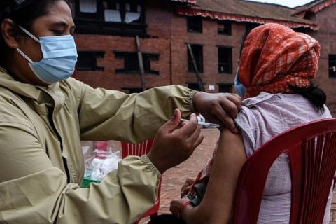 尼泊尔收到中国疫苗 定于6天后启动老年人接种工作