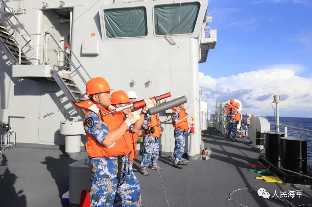 海军第38批护航编队在印度洋海域开展海上航行补给