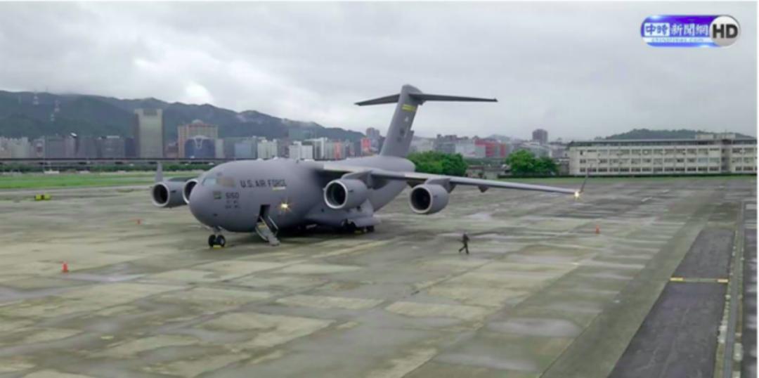 今早,他们坐军用运输机到了台湾省!图片