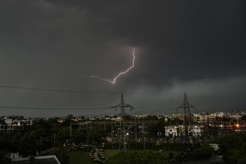印度多地雷暴天气频发 一天内68人遭雷击身亡