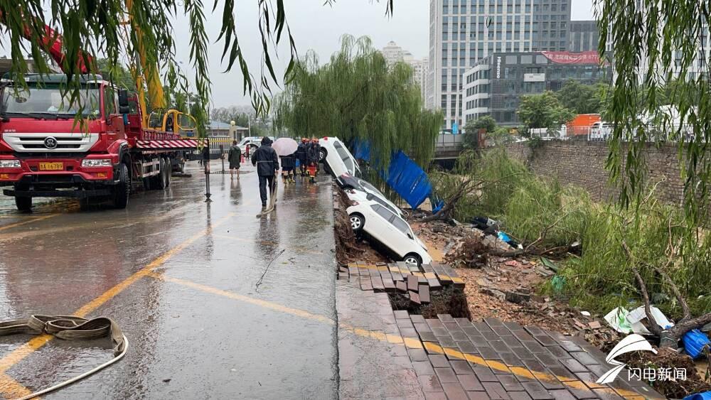 强降雨导致停车场坍塌 9辆私家车坠入河道