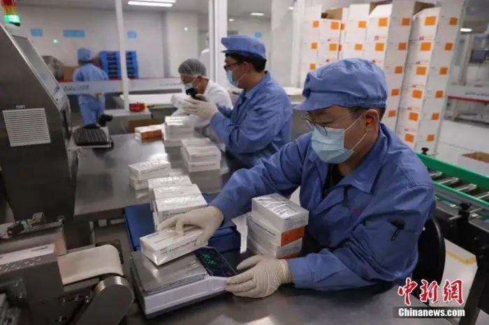 资料图:工作人员在对疫苗进行包装称重。中新社记者 蒋启明 摄