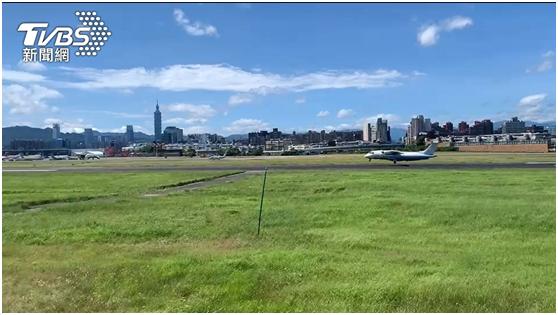 美军一架行政专机15日早飞抵台湾,短暂停留34分钟后离台。图自TVBS新闻网