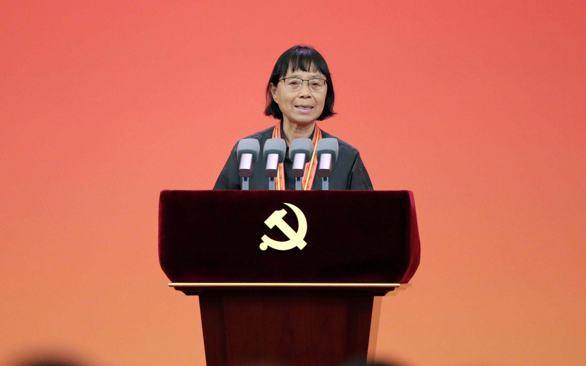 """""""七一勋章""""获得者张桂梅:只要还有一口气,我就要站在讲台上"""