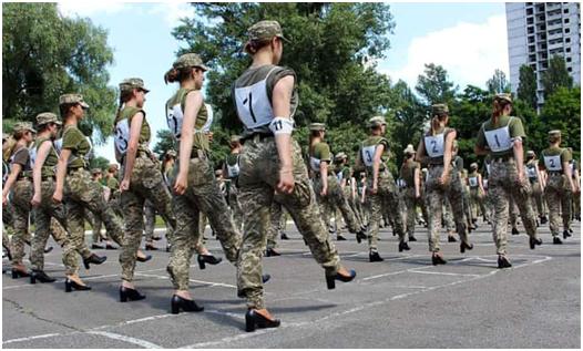 女兵穿高跟鞋练正步…乌克兰又现大争议!